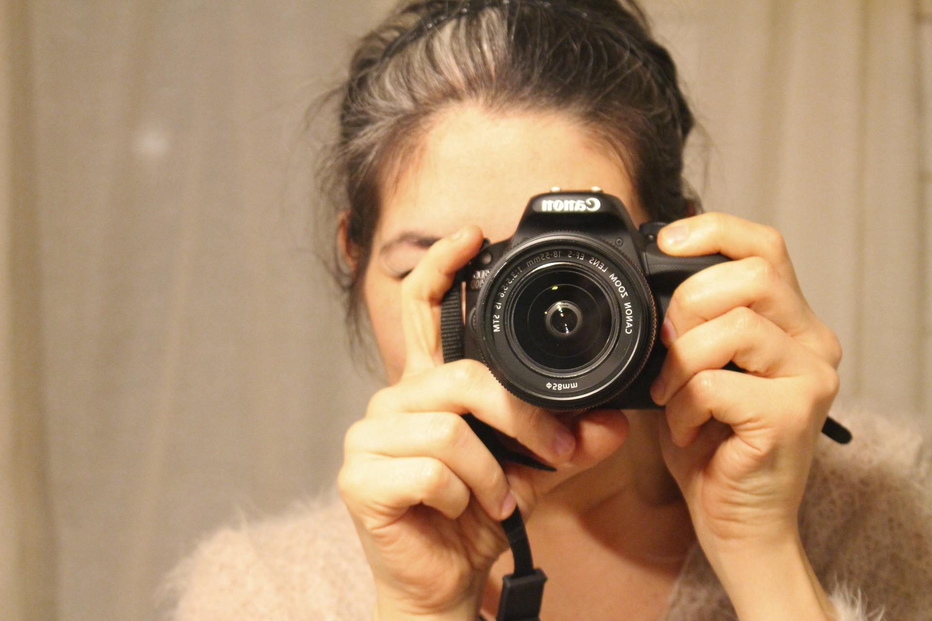 автопортрет зеркальным фотоаппаратом новогодняя ёлка была