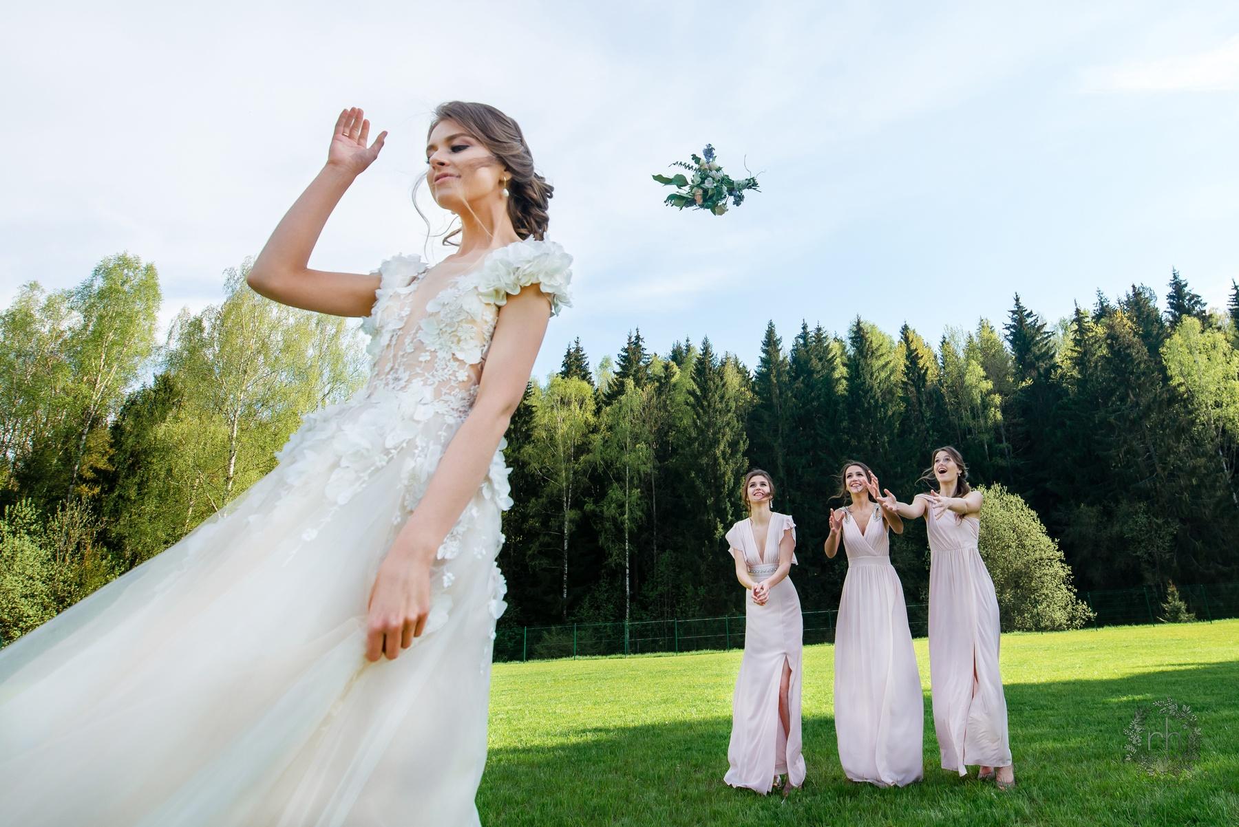 этом невеста бросает букет фото пляже имеется множество