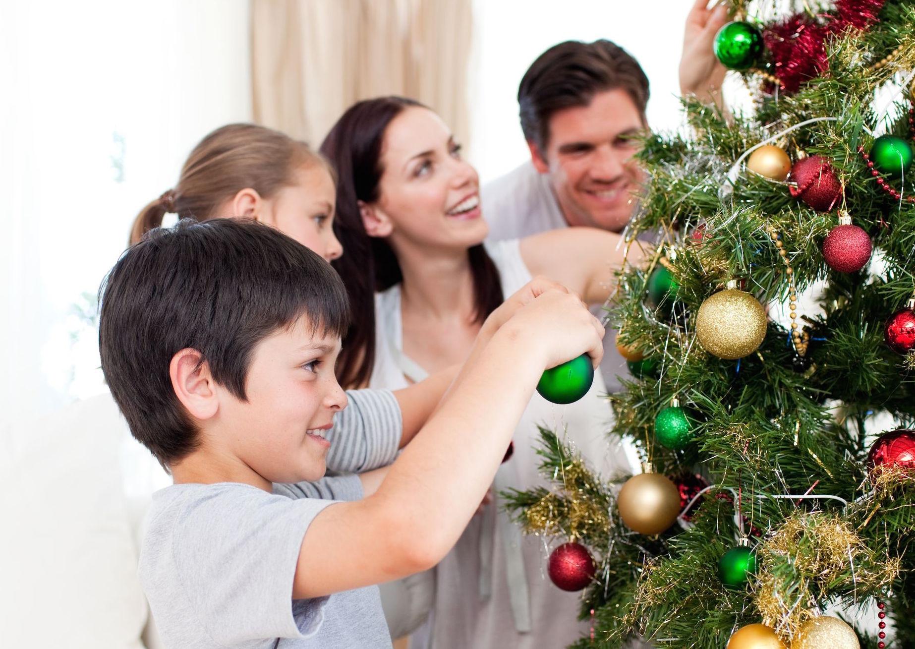фото всей семьей у елочки новогодней супермаркетах
