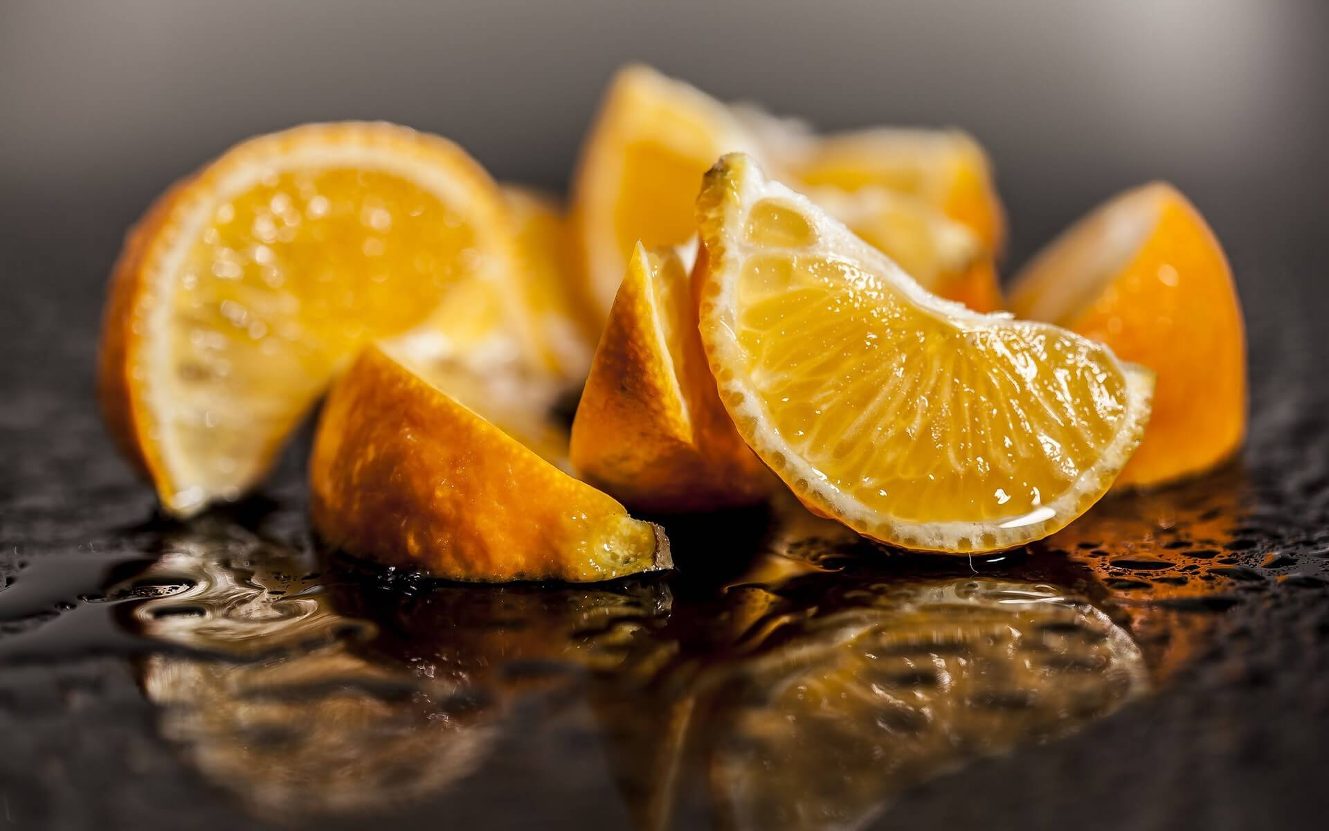 Апельсины на черном фоне фото